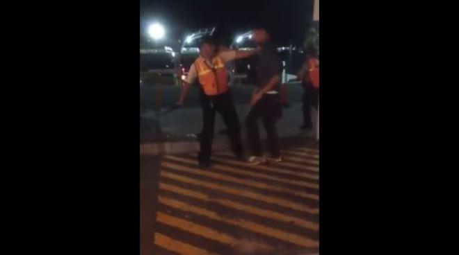 VÍDEO   2 vigilantes golpean y sacan a dos jóvenes de un centro comercial