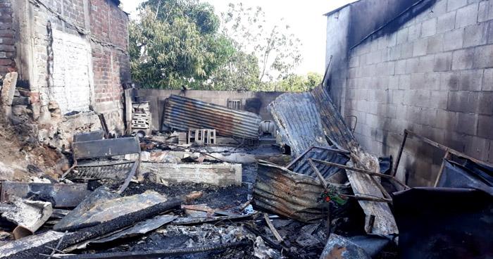 Incendio consume tres viviendas en Mejicanos