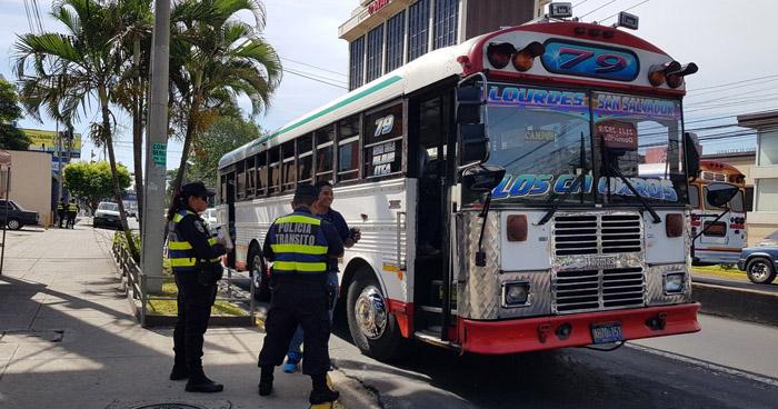 Más de 100 motoristas del transporte colectivo fueron multados esta mañana