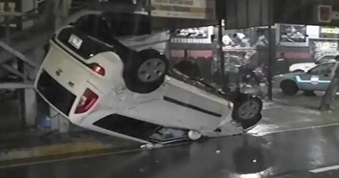 Conductor vuelca vehículo sobre el Bulevar Constitución y se da a la fuga