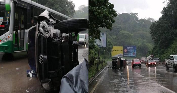 Vuelca vehículo sobre autopista Los Chorros