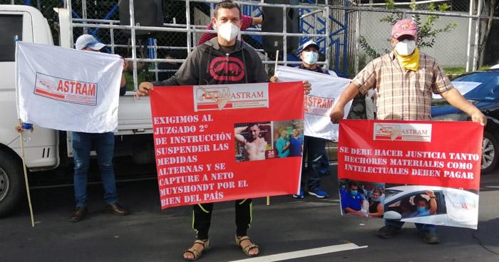 Sindicalistas cierra Bulevar Tutunichapa en protesta por asesinato de Weder Meléndez