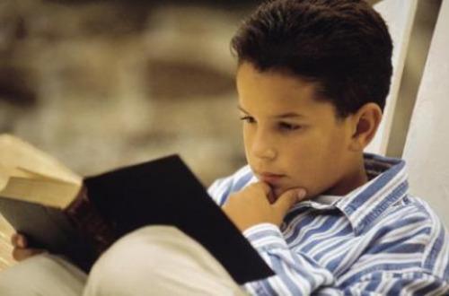 Resultado de imaxes para niño de 12 años con libro
