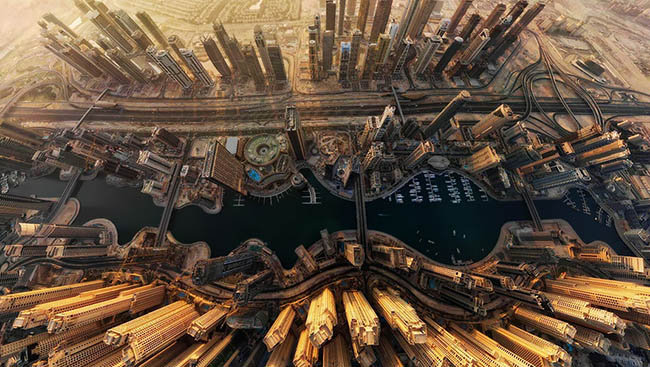 See a bird's eye view of Marina Bay in Dubai in 360 degrees