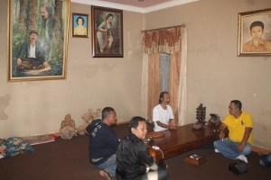 tokoh masyarakat dan budayawan bertemu di rumah mbah Po