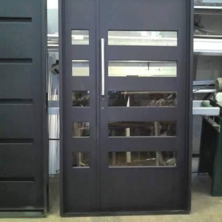 puerta y media con ventanas y barral de acero