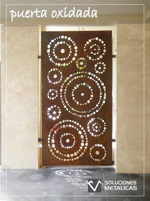 Puerta oxidada con diseño