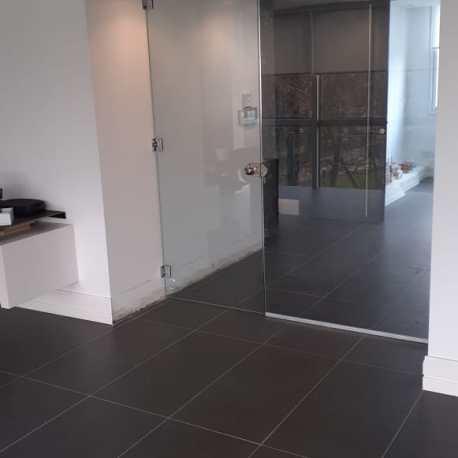 Puerta de vidrio oficinas MGB II