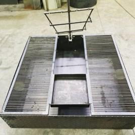 Fogonero de Hierro cuadrado 120 cm con parrilla, plancha y asador