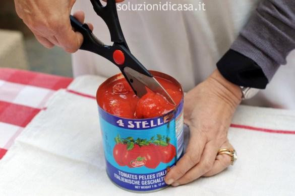 trucco per tagliare i pomodori pelati