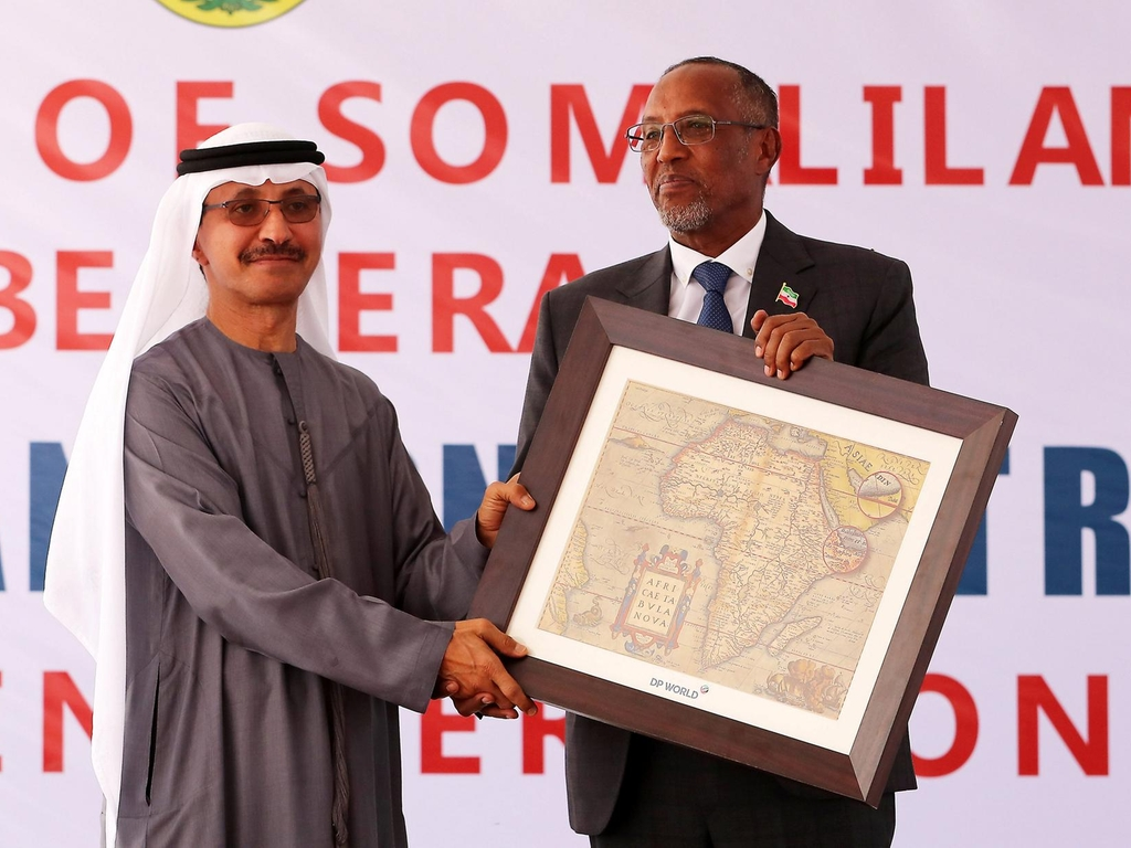 Sultan Bin Sulayem, chairman and group chief executive of DP World, presents a memento to Somaliland President Muse Behi Abdi.