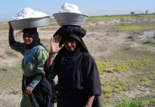 Women collecting salt in Iraq. Credit: James Jeffrey