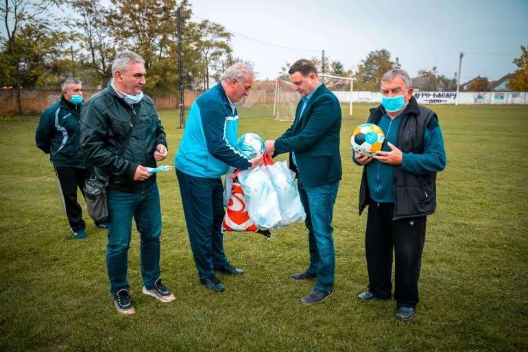Нове лопте за фудбалере из Кљајићева