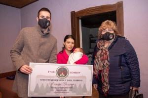 Градоначелник Антонио Ратковић и заменица градоначелника Љиљана Тица донели су поклон малом Алексеју и његовој породици