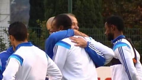 Abrazo-Bielsa-jugadores-Olympique-Marsella_CLAIMA20141227_0101_27