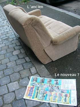 une paire de fauteuil à la rue et un folder marchand de meubles