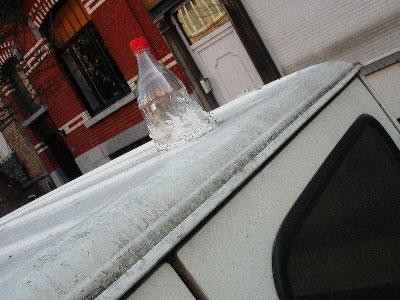 une bouteille sur le toit