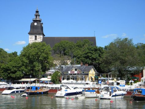 Naantali_harbour_and_church