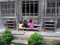本堂の階段でお絵描きする子供達