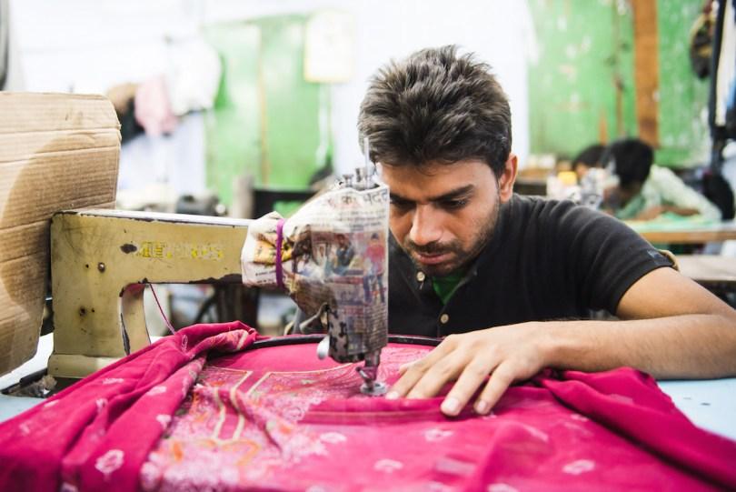 Delhi-Arbeiter-Nähmaschiene