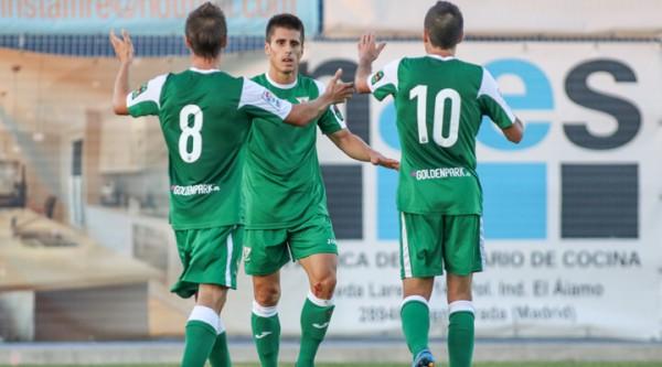 Bustinza escoltado por dos compañeros. Foto: www.deportivoleganes.com