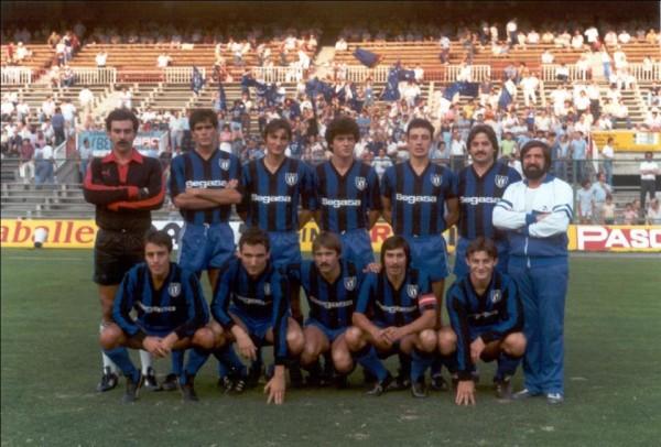 Benitez, segundo por la izquierda de pie y Dorado, primero por la derecha agachado, en la A.D. Parla.