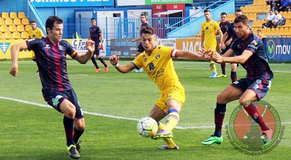 Óscar Plano en un partido contra el Huesca. Foto: Quique Rubio (DeportedeAlcorcon.com)
