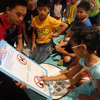 小朋友藉由互動的方式學習關於博物館員的注意事項!