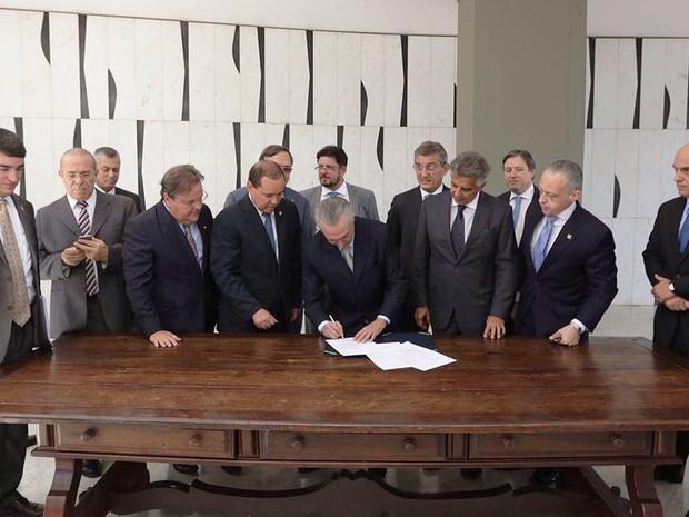 Michel Temer assina notificação de posse como presidente encaminhada pelo Senado. (Foto: Twitter Oficial/Michel Temer)