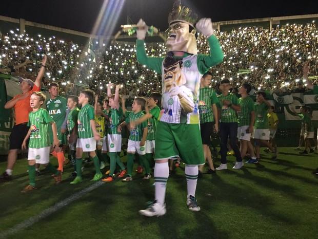 Mascote e crianças da cidade dão a volta no gramado na Arena Condá, em Chapecó, durante a cerimônia na noite de quarta-feira (30) (Foto: Diego Madruga/GloboEsporte.com)