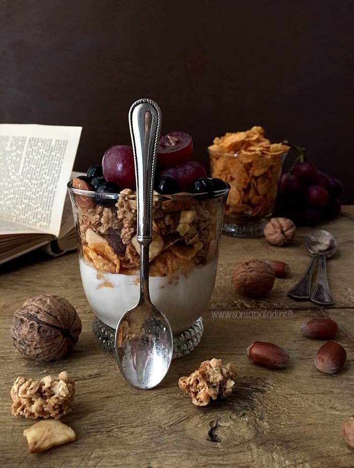 prima colazione con yogurt e frutti di bosco