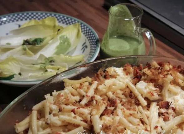 Jamie Oliver 30 Minuten Menü-Blumenkohl-Makkaroni-Auflauf, bunterChicoréesalat, grünes Joghurtdessing und Pflaumen aus dem Ofen