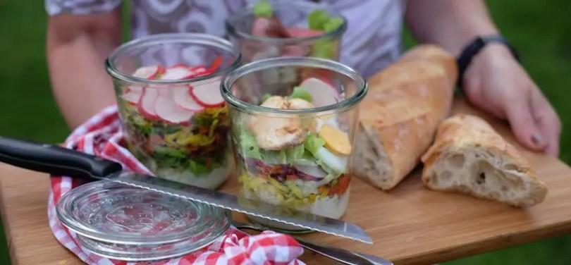 Quinoa-Rohkost-Salat mit Hähnchen und Joghurtdessing im Glas
