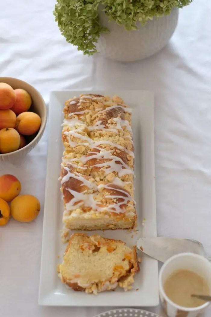 Aprikosen-Mascarpone Zopf mit Streuseln