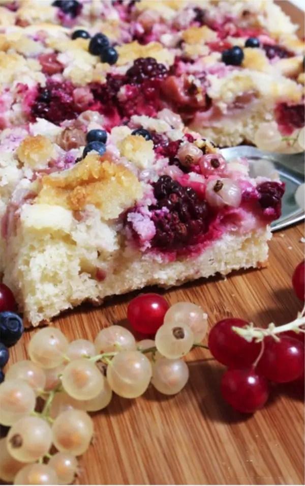 Blechkuchen mit wilden Gartenfrüchten und Mandelkrümeln