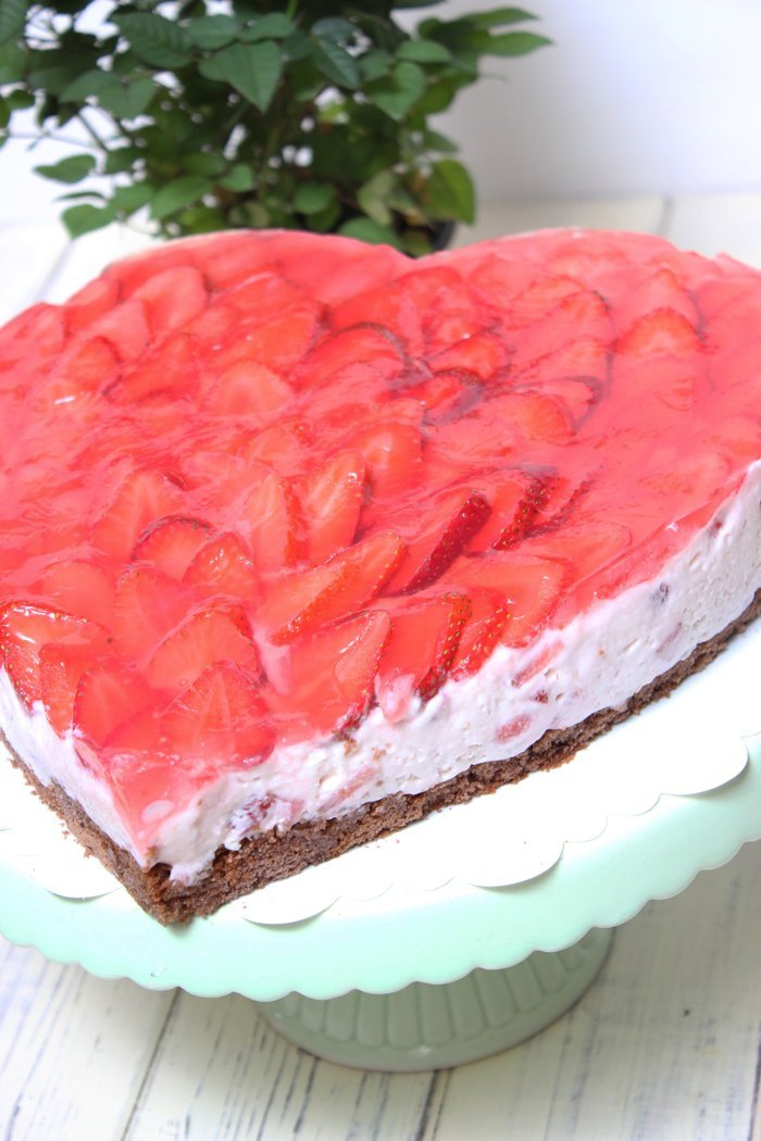 Erdbeer-Joghurt-Holunder-Herztorte zum Muttertag