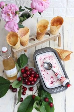 Joghurt-Holunder Eis mit Kirschen
