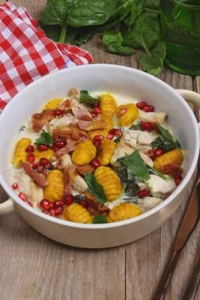 Kürbis-Gnocchi mit Hähnchen, Spinat und Granatapfelkerne