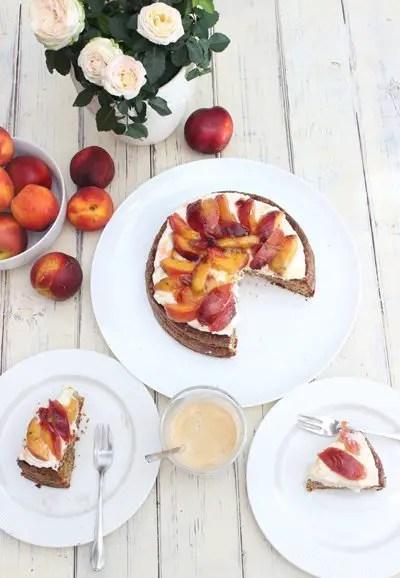 Nektarinen-Honig Mandelkuchen mit Skyrcreme