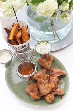 Parmesan-Süßkartoffel-Wedges, Chicken Wings & Parmesan-Joghurt Dip