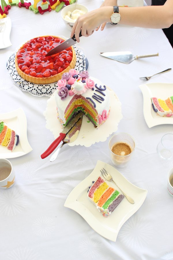 Regenbogen-Einhorn-Torte zum Geburtstag und Café Royal
