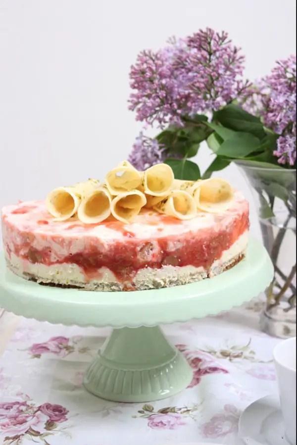 Rhabarber-Topfenmousse-Torte mit Hippenröllchen