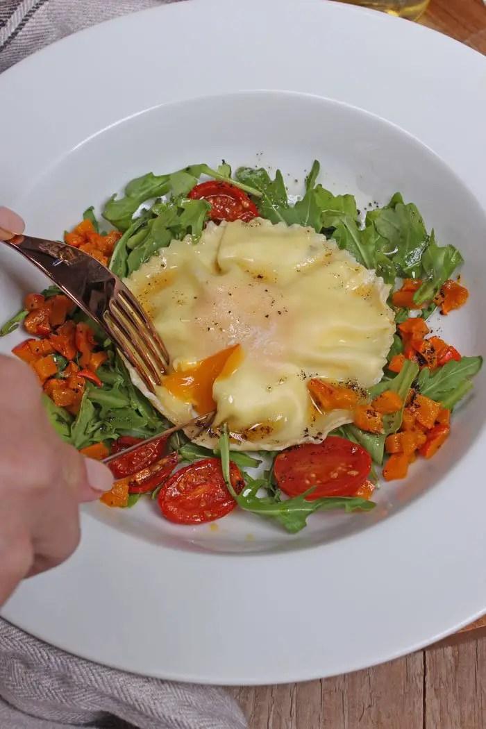 Rezept: Riesen Ravioli mit Ricotta-Kräuter Füllung, Eigelb, garniert mit Rucula, Kürbis, Ofentomaten & Salbeibutter