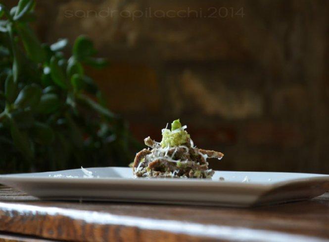 spaghetti grossi  di farina di lenticchie in pesto di fave e pecorino