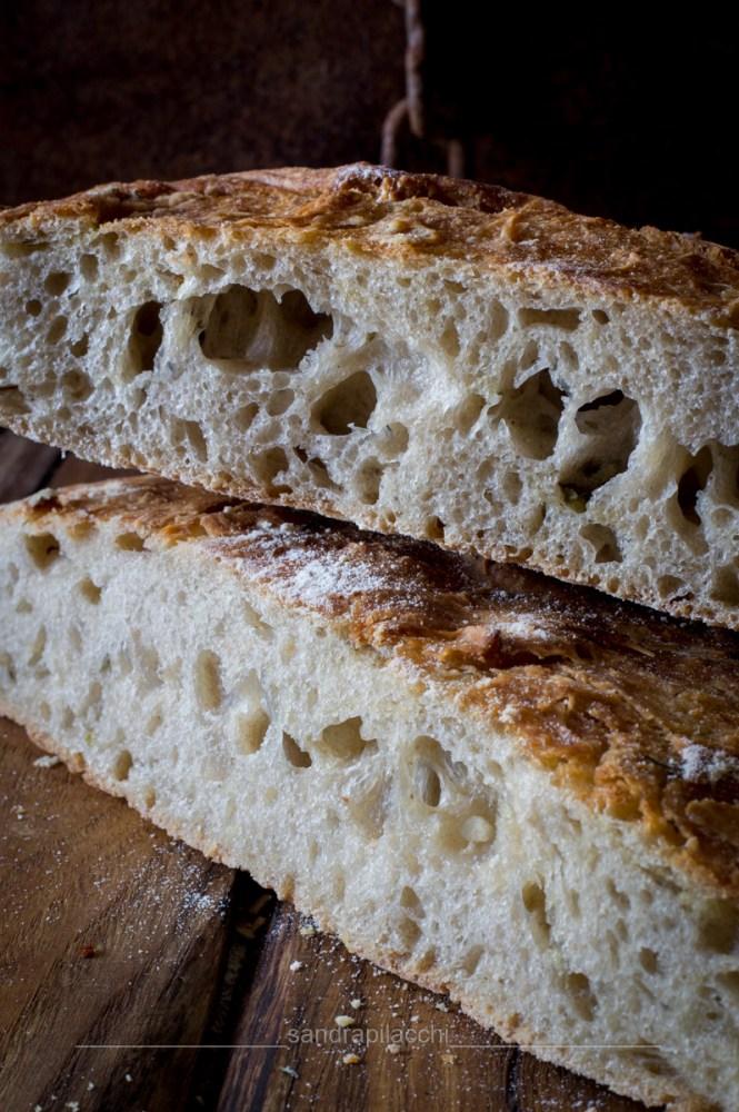 Pane bianco alle erbe aromatiche e pomodorini secchi