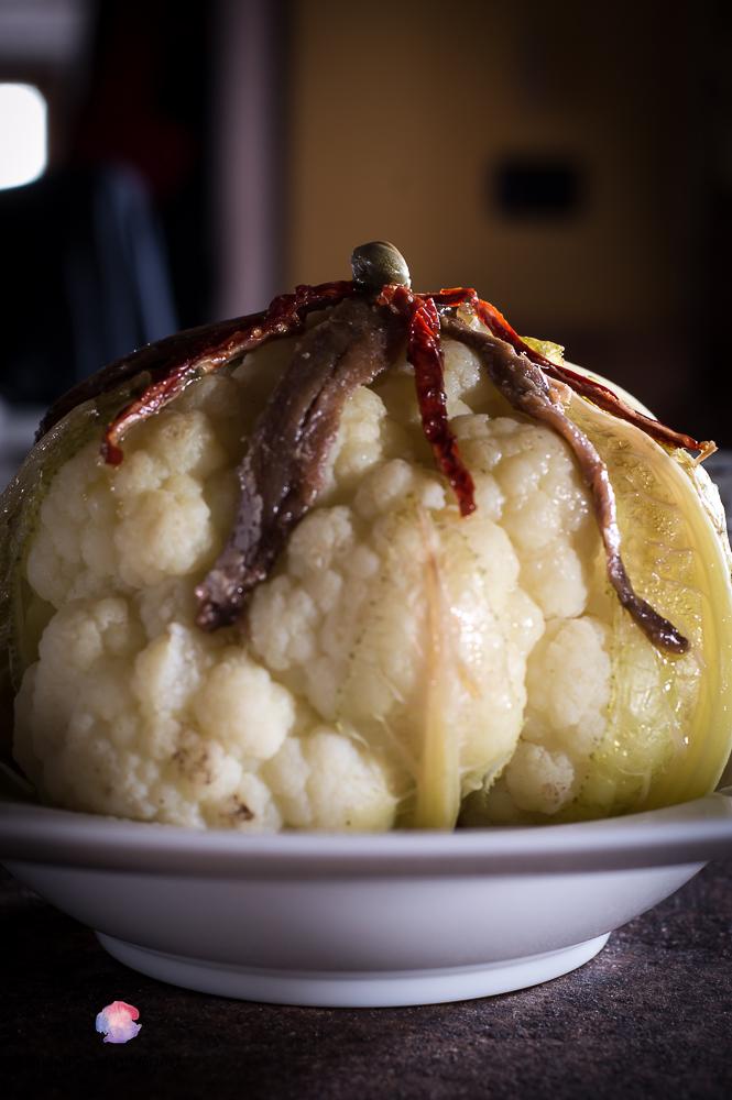 cavolfiore cotto a vapore con filetti di pomodoro, acciughe e capperi