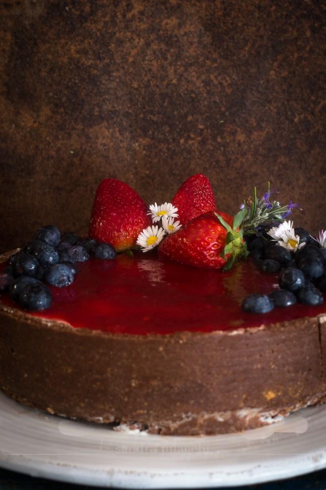 Cheesecake senza cottura con topping di fragole e mirtilli