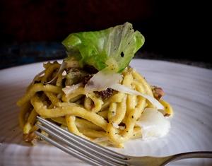 Spaghetti alla chitarra con crema di indivia all'olio Toscano IGP, uvetta sultanina e frutta secca