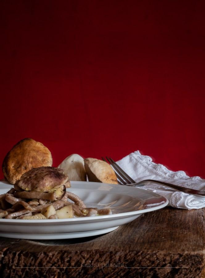 Tagliatelle di farina di castagne, porcini e crema alla nipitella
