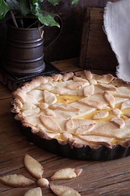 Crostata decorata con frolla Milano, marmellata di limoni e crema pasticcera